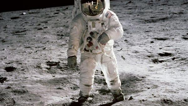 Tute spaziali e pietre lunari: alla Fabbrica del Vapore la mostra per i 50 anni dall'allunaggio