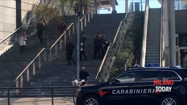 """Uomo scappa dall'ospedale, """"è armato"""": il momento in cui viene fermato dai carabinieri. Video"""