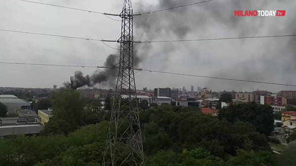 Milano, incendio al deposito Atm di Precotto: densa nube di fumo visibile a chilometri di distanza