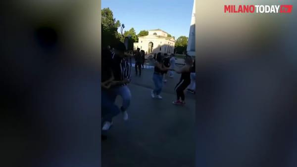 """""""Ridateci i balli di coppia"""": a Milano la protesta dei ballerini che chiedono di tornare a danzare"""