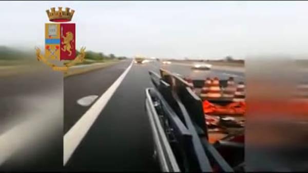 Camionista ubriaco sbanda e semina il panico lungo l'autostrada Milano-Piacenza: fermato dalla polizia stradale