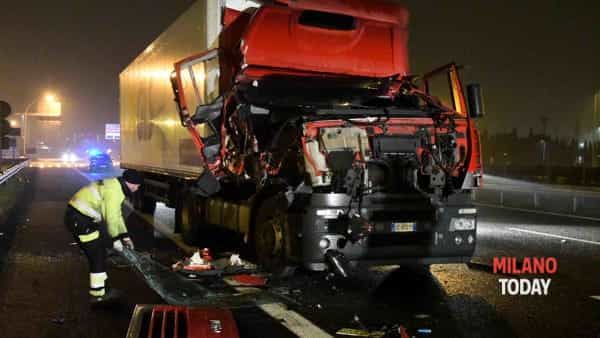 Incidente in tangenziale, autista investito da tir 15
