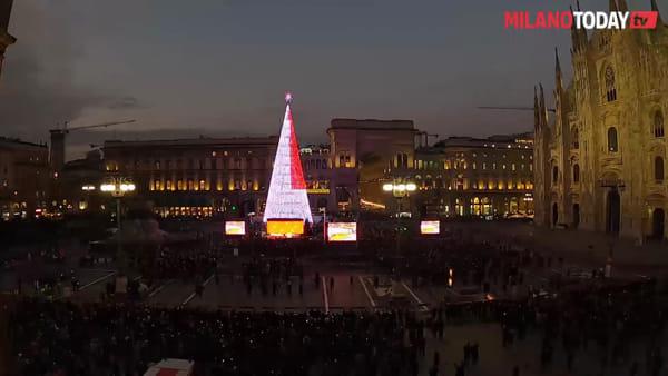 Milano, acceso l'albero di Natale Esselunga: il timelapse con tutte le variazioni di colore