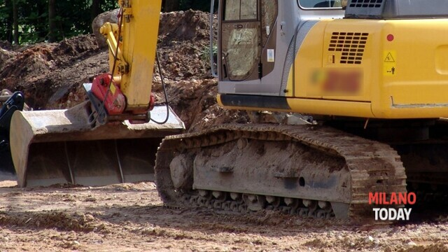 The excavator stolen from the construction site remains trapped in the Roma camp thumbnail