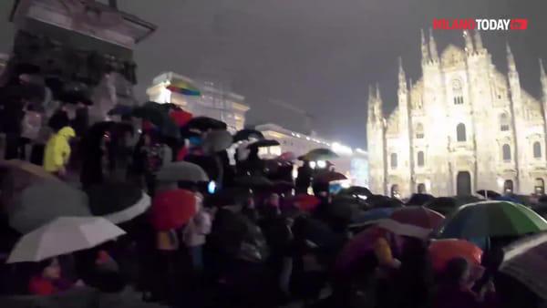 """Milano, 15mila Sardine in Duomo nonostante la pioggia: """"Qui per difendere i valori umani, non per politica"""""""