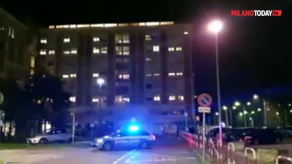 Il regalo della polizia per medici e ricoverati: sotto l'ospedale risuona l'Inno d'Italia. Video