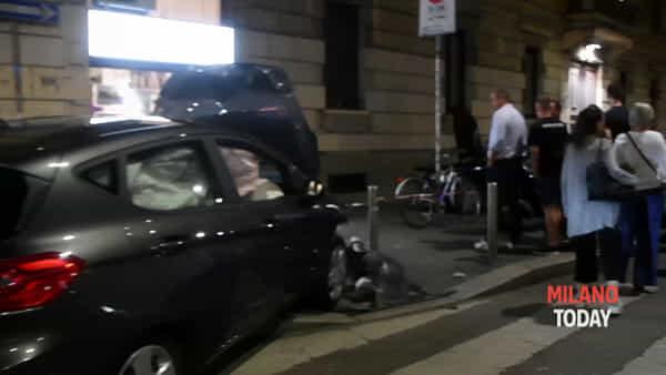 Automobilista ubriaca travolge auto e finisce sul marciapiedi: passanti sfiorati. Video