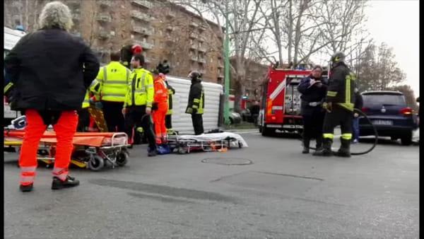 Ambulanza si schianta contro un'auto e si ribalta in zona Bicocca: tre feriti