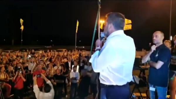 """Salvini contro la rom """"milanese"""": """"Fottutissima zingara, ti radiamo al suolo la casa"""" (e la gente esulta)"""