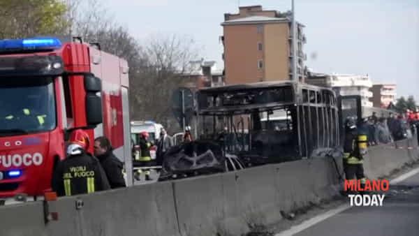 """Bus degli studenti bruciato, l'audio della follia: """"Vado a Linate, non sparate, c'è tutto gasolio"""""""
