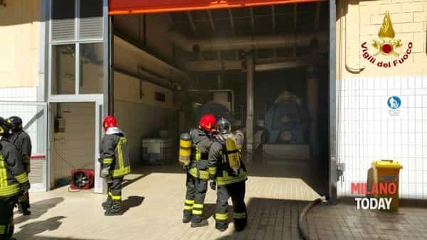 I vigili del fuoco la lavoro in fabbrica (foto Vvf)