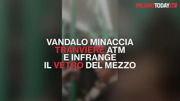 Milano, minaccia il conducente e poi rompe il vetro del tram: il video dell'aggressione