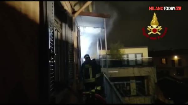 Milano, incendio sul tetto di un condominio in via Morimondo: il video