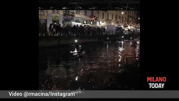 L'emozionante concerto di Natale in canoa sul Naviglio, video