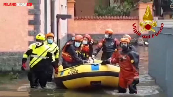 Famiglie bloccate nelle case allagate dopo il nubifragio: salvate con il gommone. Video