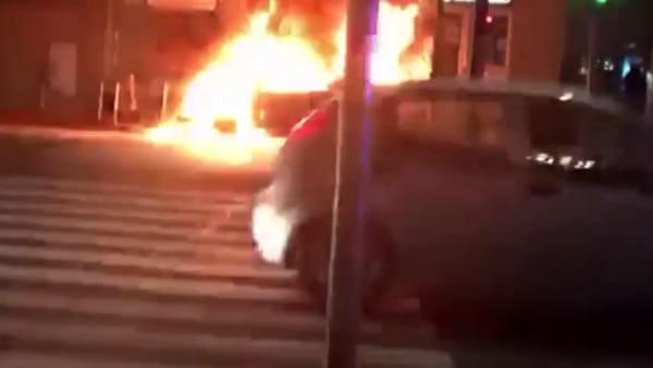 Incendio in via Primaticcio, auto a fuoco: fiamme ed esplosioni, paura in strada. Video