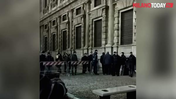 Milano, dura contestazione per l'assessore Maran dopo il taglio degli alberi al parco Bassini