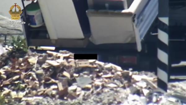 """Smaltiscono i rifiuti buttandoli a bordo della strada: """"beccati"""" dalle fototrappole, 7 denunciati"""