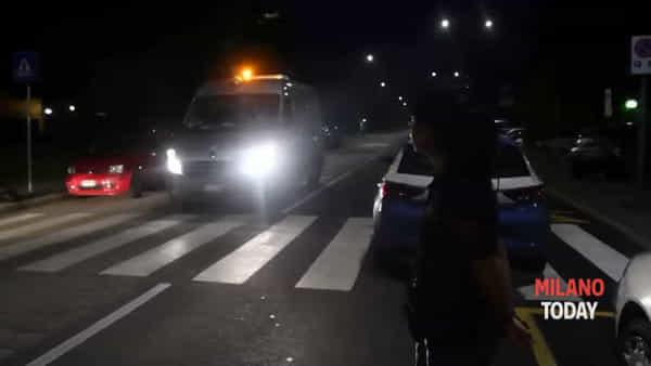 Omicidio a Milano: killer cerca di travolgere la polizia dopo aver ucciso una donna. Il video