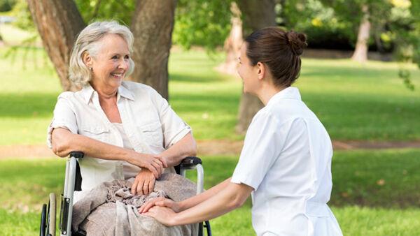I requisiti per lavorare con le persone anziane