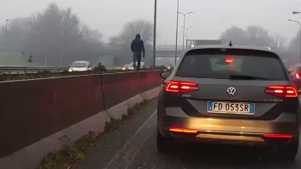 Follia sulla Milano-Meda: uomo in equilibrio sul new jersey, poi attraversa la superstrada. Video