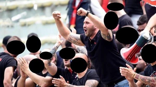 Luca Lucci in mezzo ai tifosi nella foto di una pubblicità