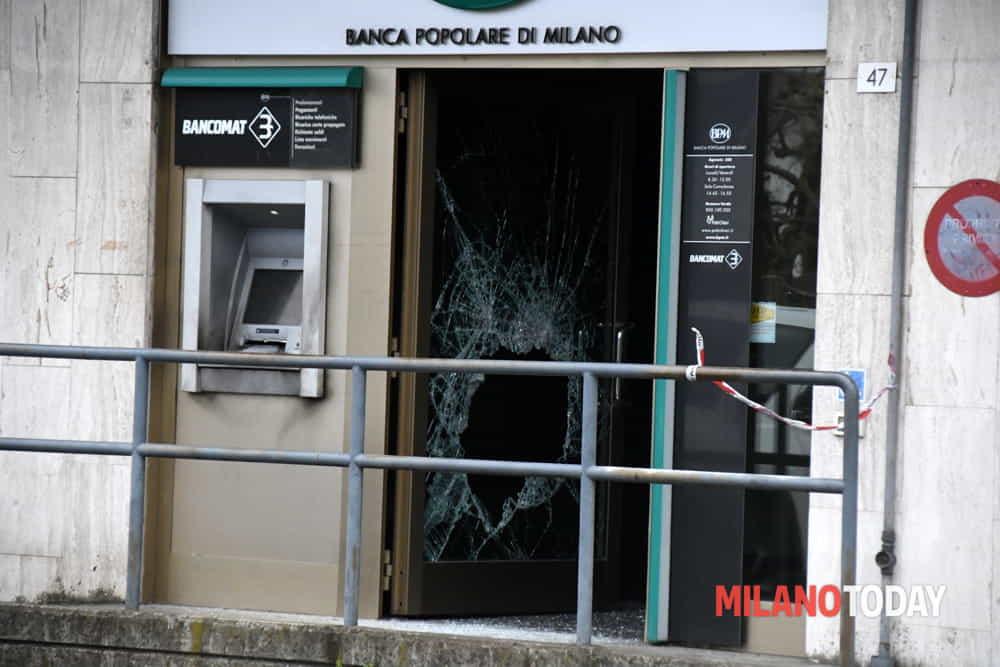 Pregnana Esplosione Alla Banca Popolare Di Milano Ladri Scappano A
