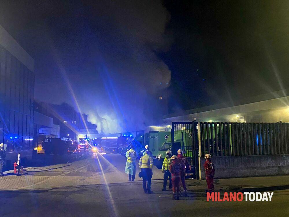 Incendio in via Nicolodi a Milano: capannone devastato dalle fiamme, pompieri al lavoro