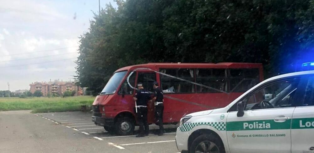 La polizia locale identifica e rimuove tre veicoli abbandonati, altri due camper allontanati
