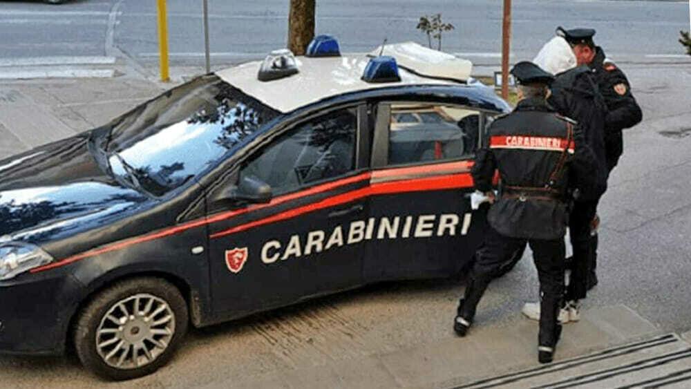 """Blocca autobus e cerca di rubare pistola a un carabiniere: """"Vi ammazzo tutti"""""""