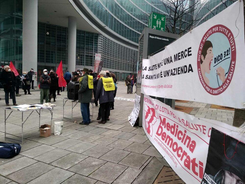 Un anno di Covid, la manifestazione: «Il vero paziente zero è la sanità lombarda»