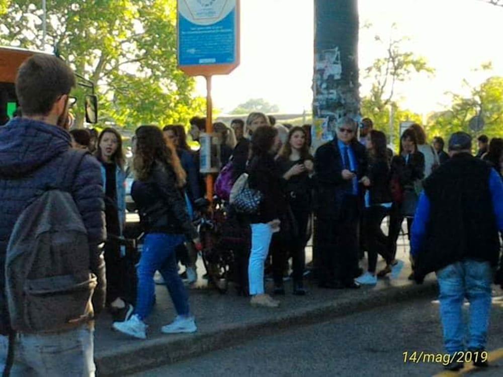 folla fermata bus milano-2
