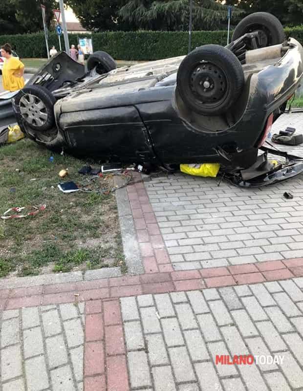 incidente auto ribaltata Zibido - Foto Daniele Onorato 1-2