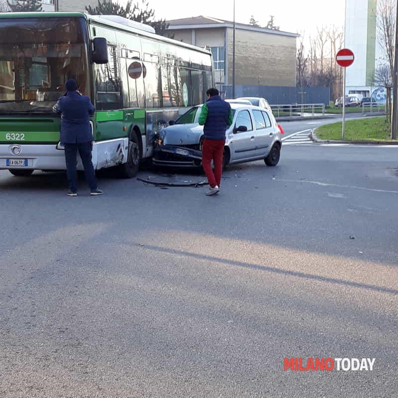 Incidente Tra Un Bus E Un Auto Di Francesco Rabita