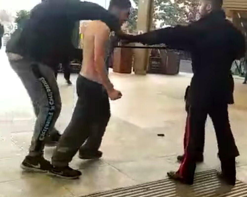 """""""Adesso ti taglio la gola"""", carabinieri aggrediti e feriti dal branco: arrestati due ragazzini"""