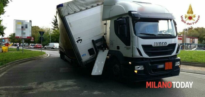 Camion fa incidente a Rozzano (4)