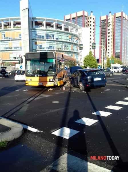 Incidente tra autobus e auto in via Gonin (1)