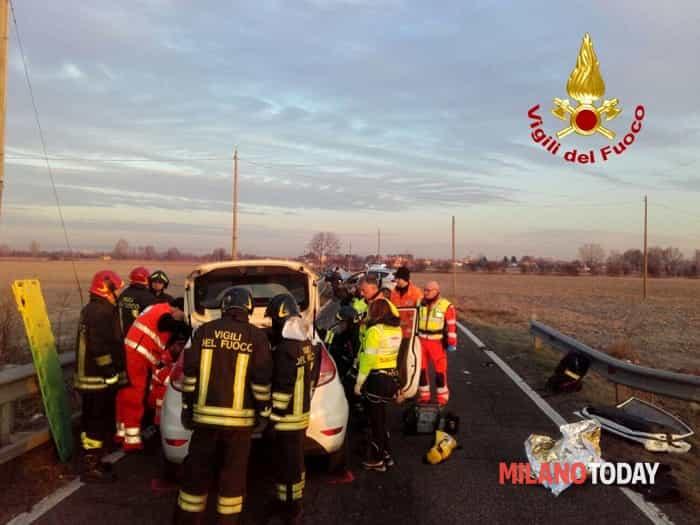 Incidente ad Albairate, vigili del fuoco ambulanza schianto (1)