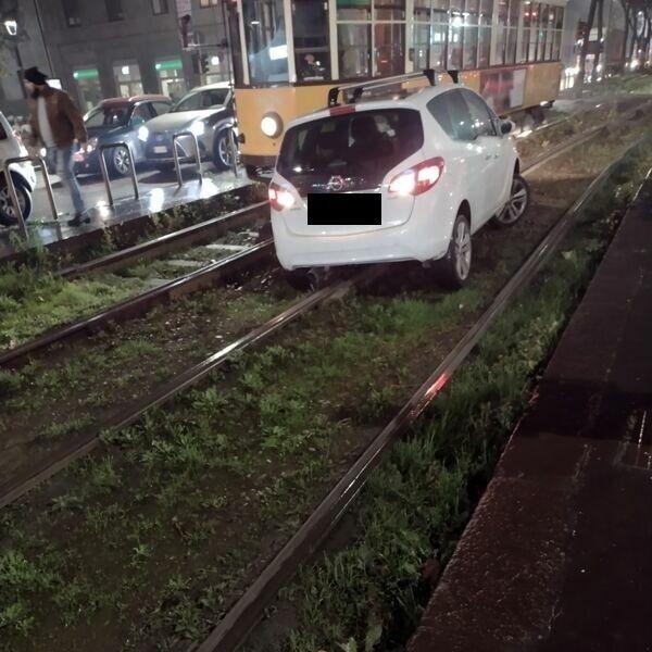 Vuole evitare il traffico, si blocca sui binari del tram